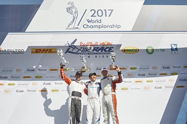 画像: 2位のピーター・ポドランセック選手(左)、3位のドルダラー選手と表彰台に立つ室屋選手。©Red Bull Media House