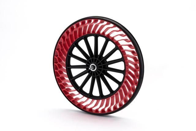 画像: タイヤ側面の特殊形状スポークにより荷重を支える。