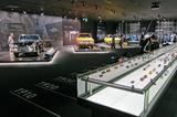 画像: 動態保存されている歴代モデル。手前のショーケースに、1/43スケールのミニカーを時系列に展示している。