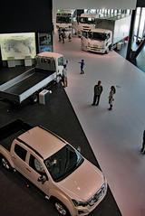 画像: 最新のトラックやバスも乗り放題、さわり放題!? 手前のモデルは、タイで製造されるピックアップトラックの「D-MAX」。