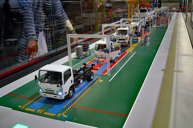 画像: 藤沢工場の車両組み立てラインを1/20スケールの精密な模型で忠実に再現している。