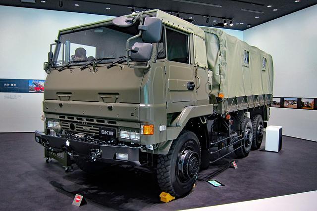 画像: 陸上自衛隊の6輪駆動トラック「SKW」。もちろん、このクルマも運転席に乗り込んだりできる!