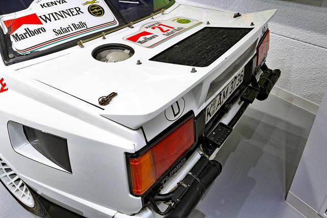 画像: トランク上にはオイルクーラー。スタックしたときにナビゲーターが乗れるよう、バンパーにはステップも備わる。