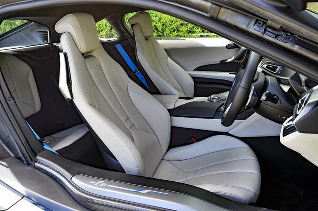 画像: ブルーのシートベルトやステッチはオプション。前席は電動アジャストでヒーター内蔵。