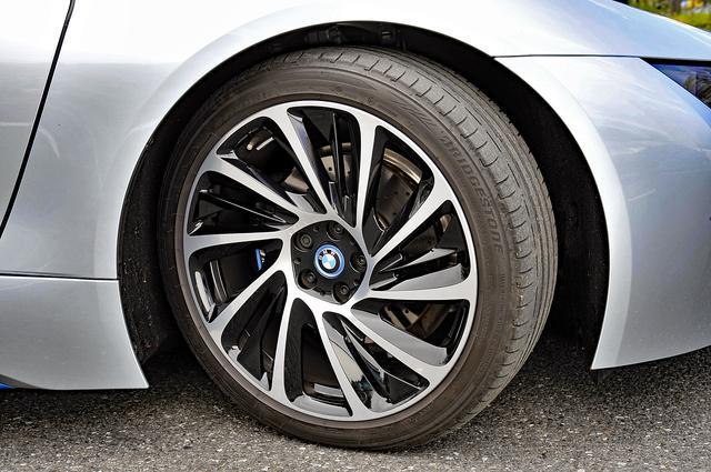 画像: タイヤは、前後異サイズのBS ポテンザS001。ホイールのデザインは他にも数種設定されている。