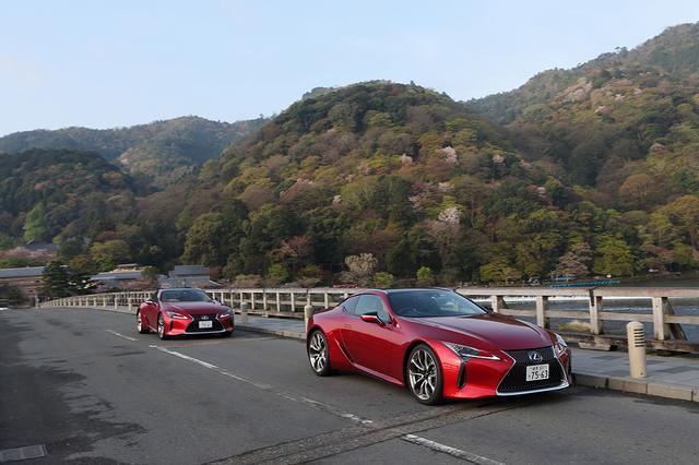 画像: 京都の渡月橋を渡るレクサスLC500。