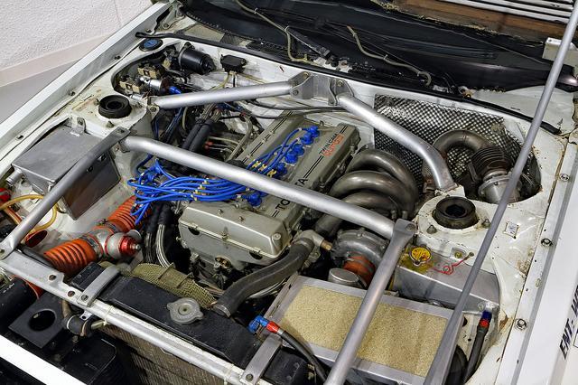 画像: ストラットバーなどで補強されたエンジンルーム。ツインカムターボの4T-GTEはツインプラグを採用していた。