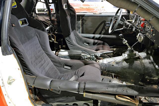 画像: FRゆえ前後重量バランスを考えて、ナビゲーターのシートはドライバーよりも後ろにセットされている。