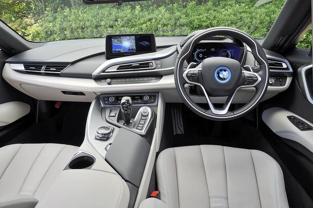 画像: インテリアのデザインも独特だが、操作系は基本的に他のBMW車と同じなので、わりと扱いやすい。