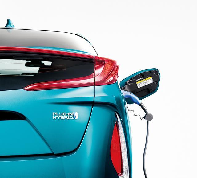 画像: プリウスPHVは0から満充電するのに、200V充電の場合は約6.5kWh、100V充電の場合は約8kWhの電力量が必要。契約内容によって異なるが、1kWh=24円だと、100V充電で満タンにするのに192円。100円玉2枚で、EV走行距離68.2km(カタログ値)走れることになる