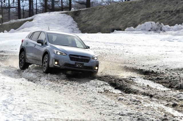 画像: 試乗コースは前日に降った季節外れの大雪でご覧のコンディション。でもXVは高い走破性を披露してくれた。