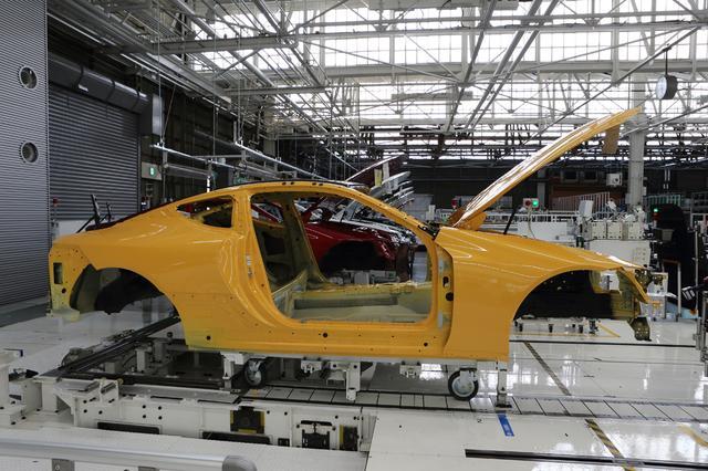 画像: 塗装工程を終えたLCのボディは、LC専用の組み立て工場に台車で運び込まれてくる。