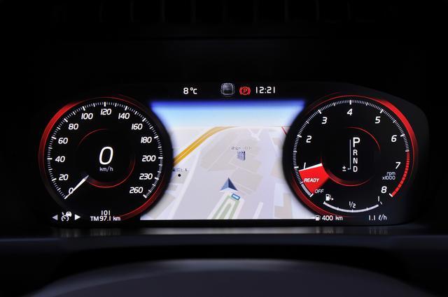 画像: 「パフォーマンス」モード。スピードとタコメーターの間に地図を表示できるのでメインディスプレイは常に他の情報を表示している。