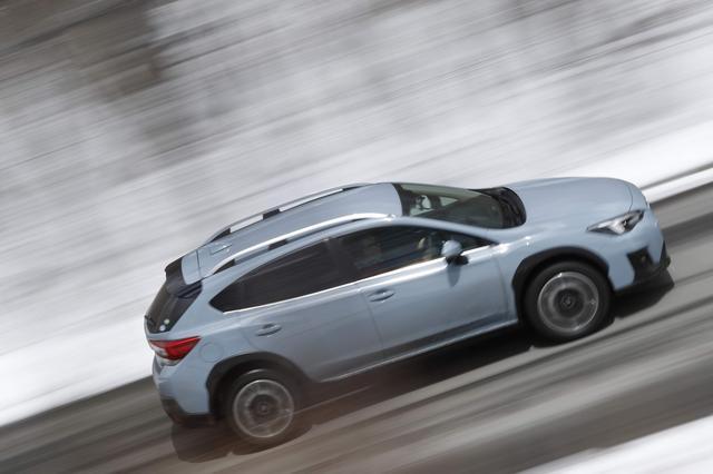 画像: 特設コースを快走するスバル XV 2.0i-S Eye Sight。ルーフレールはオプション装備