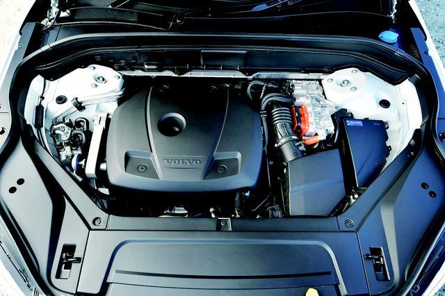 画像: ツインエンジンの名は、2L直4スーパーチャージャー+直噴ターボエンジンと強力な電気モーターを搭載することから付けられている。「T8」は、ラインナップの頂点でありプラグインハイブリッドモデルであることを表している。