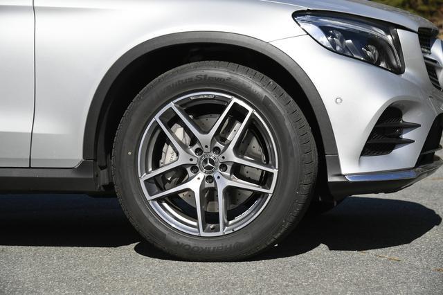 画像: 4WDではあるが、後輪へのトルク配分が大きく、タイヤは前後でサイズが濃なる19インチを装着する。