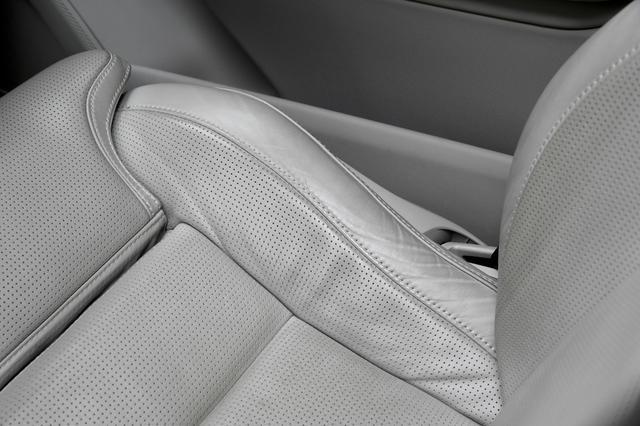 画像: テスト開始から半年以上が過ぎ、運転席のレザーシートに汚れが目立つようになった。とくに乗り降りする部分が気になる。