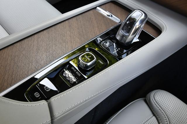 画像: オレフォス社製クリスタルのATセレクターやダイヤモンド形状の刻みが付けられたスイッチ類など細部にもこだわりが見られる。