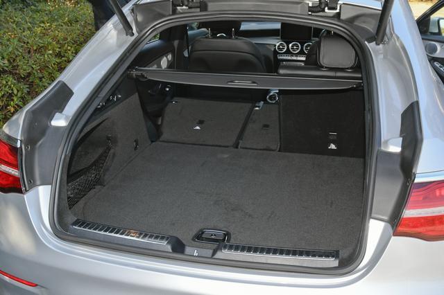 画像: ラゲッジルームの容量は通常500L、最大で1400Lまで拡大する。後席のシートバックは3分割可倒式。