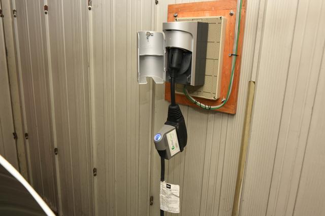 画像: こちらは充電器側。屋根のあるガレージの入り口から一番遠い場所にあるが、付属ケーブルに十分な長さがあり問題ない。