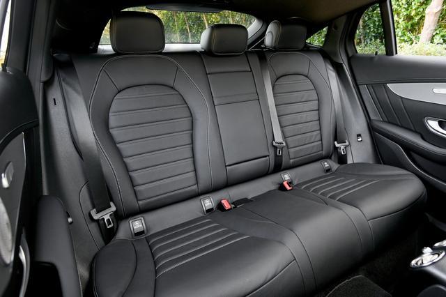 画像: 後席のシートバックはやや立ち気味で、頭まわりにはやや包まれ感があるが、横方向やニースペースなどには余裕が感じられる。