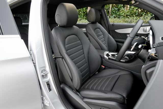 画像: 乗り降りがしやすい高さの運転席。着座姿勢はややアップライトになるが、セダンと乗り比べても違和感はなく、運転もしやすい。