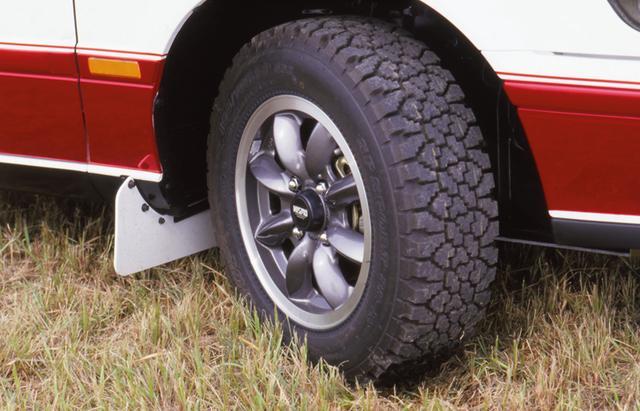画像: ラリー専用タイヤ&ホイール、マッドガードなどもオプション。ベースモデルは185/70SR14タイヤだった。