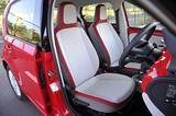 画像: ベージュ/サルサレッド/グレーという軽快な色合いのフロントシート。