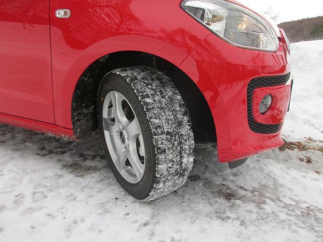 画像: これまでの長期テスト車に比べてアップ!は格段に車重が軽い。ブリザックVRXのグリップ力も存分に発揮される印象だ。サイプの間に雪が入り込んでいてトレッドパターンがわかりにくい点はご容赦下さい。すみません。