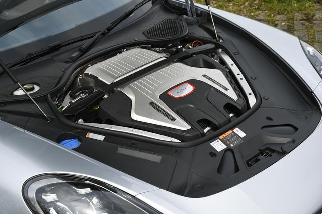 画像: パナメーラ ターボはバンク内にターボをふたつ備える4L V8ツインターボを搭載。550psのパワーを誇る。