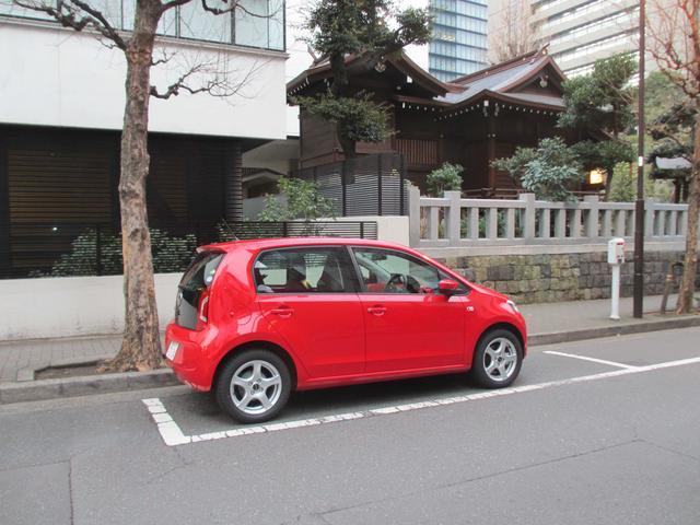 画像: コインパーキングの枠内に後ろ寄せで駐車してみると、前方にはこんなにもまだ余裕がある。道理で駐車がしやすいわけである。ハンドルの切れ角も大きいし、操舵力そのものも軽いので、狭い場所で動かすのも苦にならない。