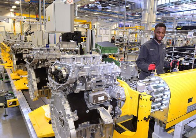 画像: ジャガー・ランドローバーCEO、ラルフ・スペッツ博士のコメント 「このエンジン工場には、英国の優れたエンジニアリングを結集させています。ジャガー・ランドローバーは、デザインとテクノロジー、イノベーションを原動力とする会社です。今回の投資は雇用創出という点からも、当社が英国自動車産業とそのサプライチェーンの活性化に寄与するというコミットメントをいっそう明確に示しています。」 (プレスリリースより引用)