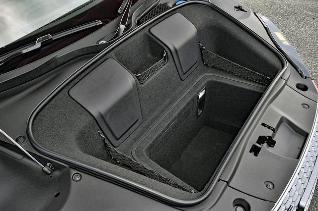 画像: フロントに備わるトランクの容量は100L。広くはないが、深さはあるので多少の荷物は積める。