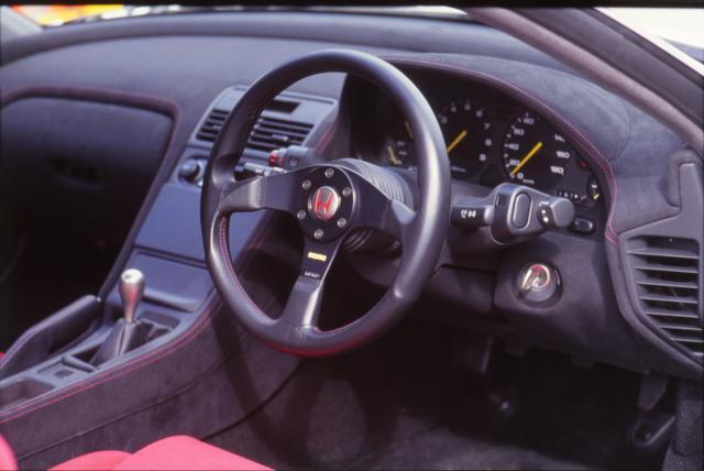 画像: ステアリングやシフトノブは NSX type R 専用品を装備し、ベーシックな NSX とは雰囲気が異なる。