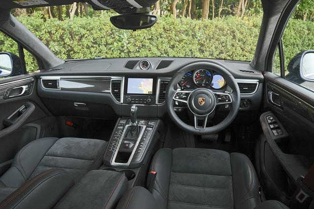 画像: センターコンソールに配されたスイッチ操作により、車高、ダンパー、走行モードなどを変更することができる。