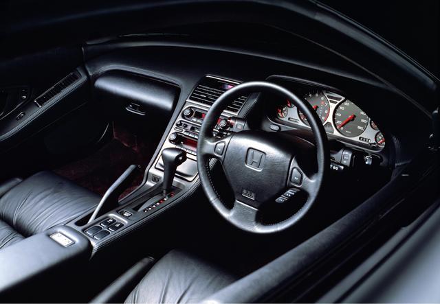 画像: それまでの欧州のスポーツカーとは異なり、乗用車ライクなインパネデザインを採用。