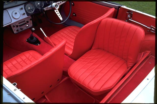 画像: 運転席の後ろに横向きに後席が設置されていました。