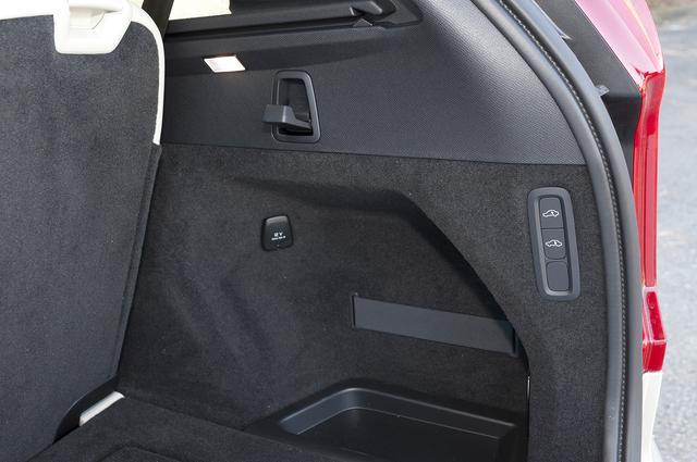 画像: 通常は3列目は畳んで使用。オプションのエアサスペンション装着仕様なので、車体後部の高さを下げるスイッチも用意する。
