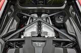 画像: 5.2LのV10自然吸気DOHCエンジンをミッドシップ搭載し、アウディ得意のクワトロシステムで4輪を駆動する。