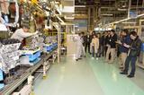 画像: マツダ工場を見学。ここで使用される、部品を運ぶワゴンや工具などあらゆるものが、作業員の効率アップのためにカスタマイズされている。