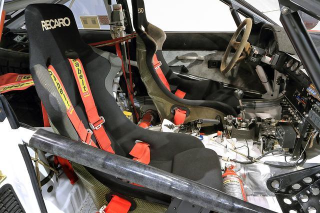 画像: レカロのカーボン製バケットシートにサベルト製フルハーネス。ドアとシートの間にロールバーも備わる。