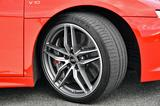 画像: タイヤは前後異サイズのコンチネンタル・スポーツコンタクト6。セラミックブレーキはオプション。