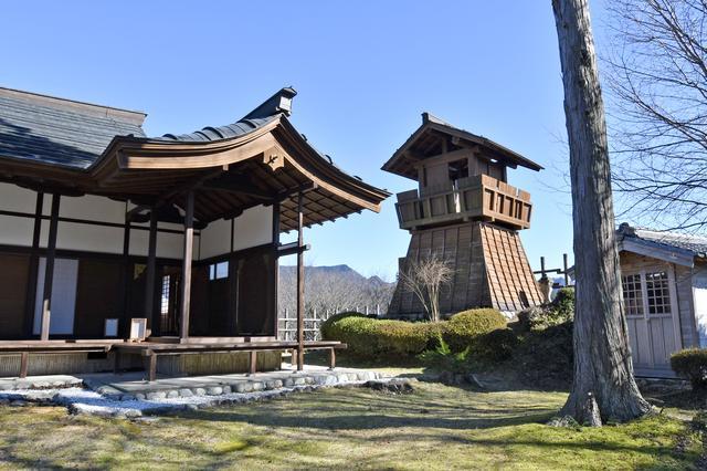 画像: 田峯城址は、笹頭山の山頂に築かれた山城である。別名「蛇頭城」。本丸などは復元されたもの。