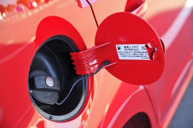画像: フューエルキャップは鍵付きのタイプ。そのため、給油時にはキーを差して回す操作が必要となる。