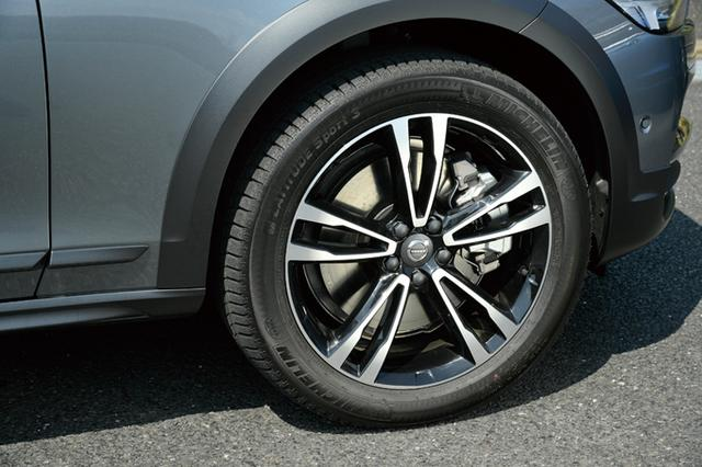 画像: T5 AWD サマムに装着されるダイヤモンドカットデザインの5ダブルスポークの7.5J×19インチホイール。