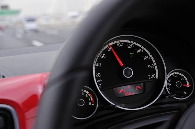 画像: ハイアップ!は、大径スピードメーター内にインフォメーションディスプレイがある。文字が小さく赤いために見にくく感じてしまうのは、担当者の視力(=老眼?)のせいだけではないだろうと思う。