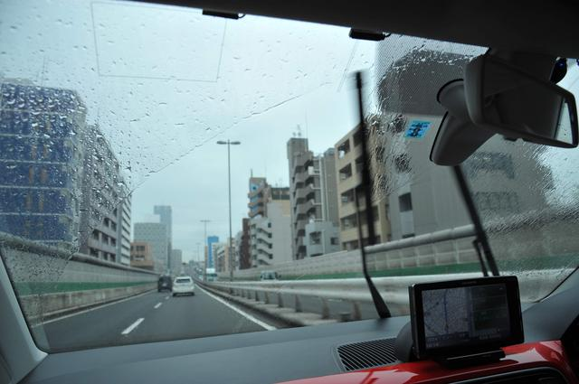 画像: 梅雨時だっただけに、雨天での取材も多かった。MMアップ!号のワイパーブレードはまだ状態もよく、視界をきれいに拭いてくれる。