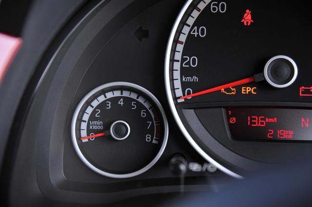 画像: 速度計の左にあるタコメーター。小さくて見づらいが、走行中にエンジン回転数を確認する必要性はあまりない。回るところまで回してからマニュアル操作でシフトアップする、というのがフル加速時に担当者が行う方法。
