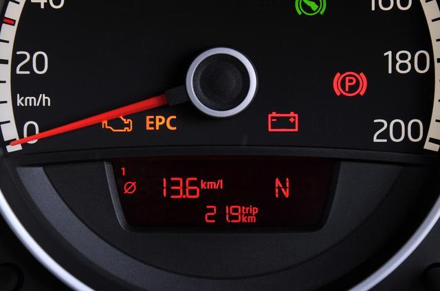 画像: スピードメーター下側に燃費やトリップの値などが表示される。赤文字なのと書体が小さいために、やや見にくい。