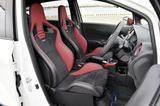 画像: NISMOロゴ入り専用スエード調フルバケットタイプのスポーツシートを採用する。